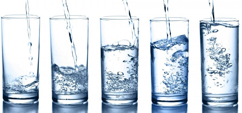 O que é água alcalina: para que serve e benefícios